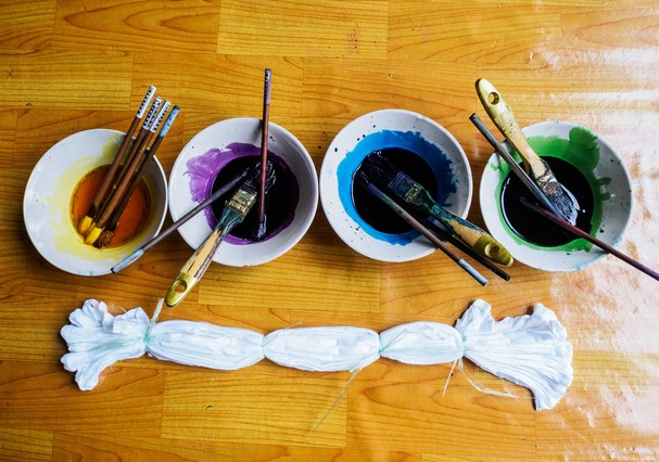 preparing water color palette for tie dye fabric (Foto: Getty Images/iStockphoto)