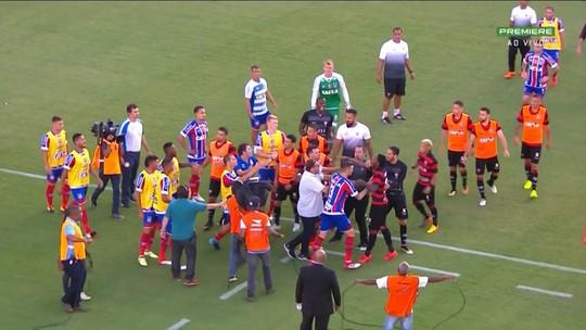 Após gol de Vinicius, jogadores de Bahia e Vitória brigam no gramado do Barradão
