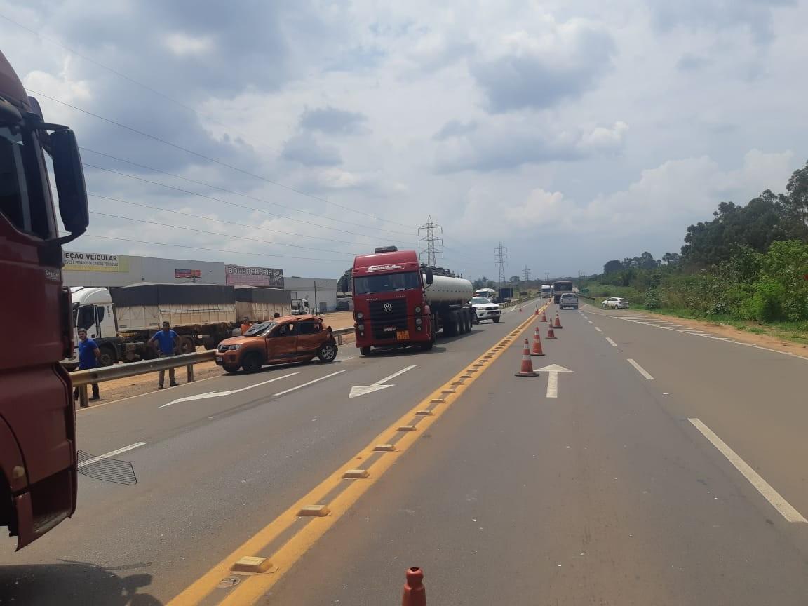 Colisão entre carro e caminhões deixa três feridos em rodovia de MS