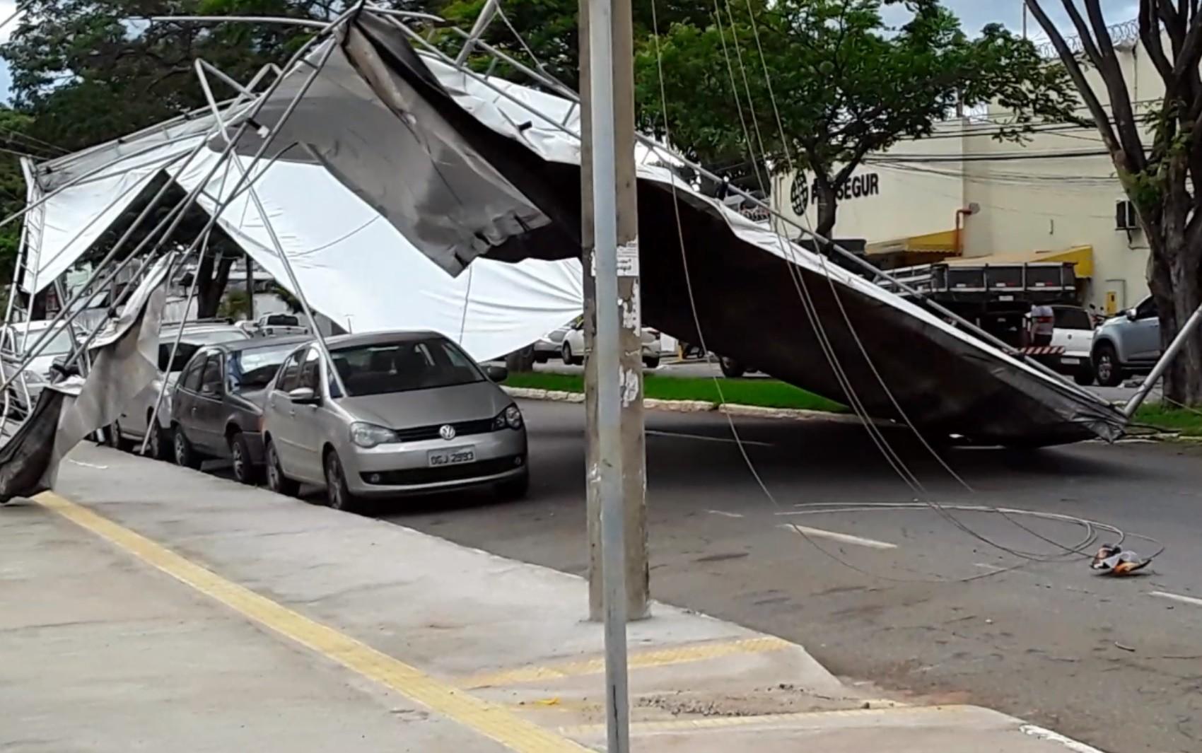 Ventania derruba tenda de loja de locação e venda de máquinas em Goiânia; vídeo