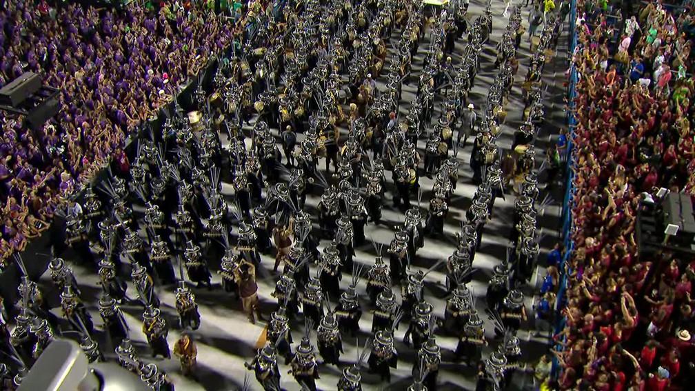 Detalhe da bateria da Paraíso do Tuiuti — Foto: Reprodução/TV Globo