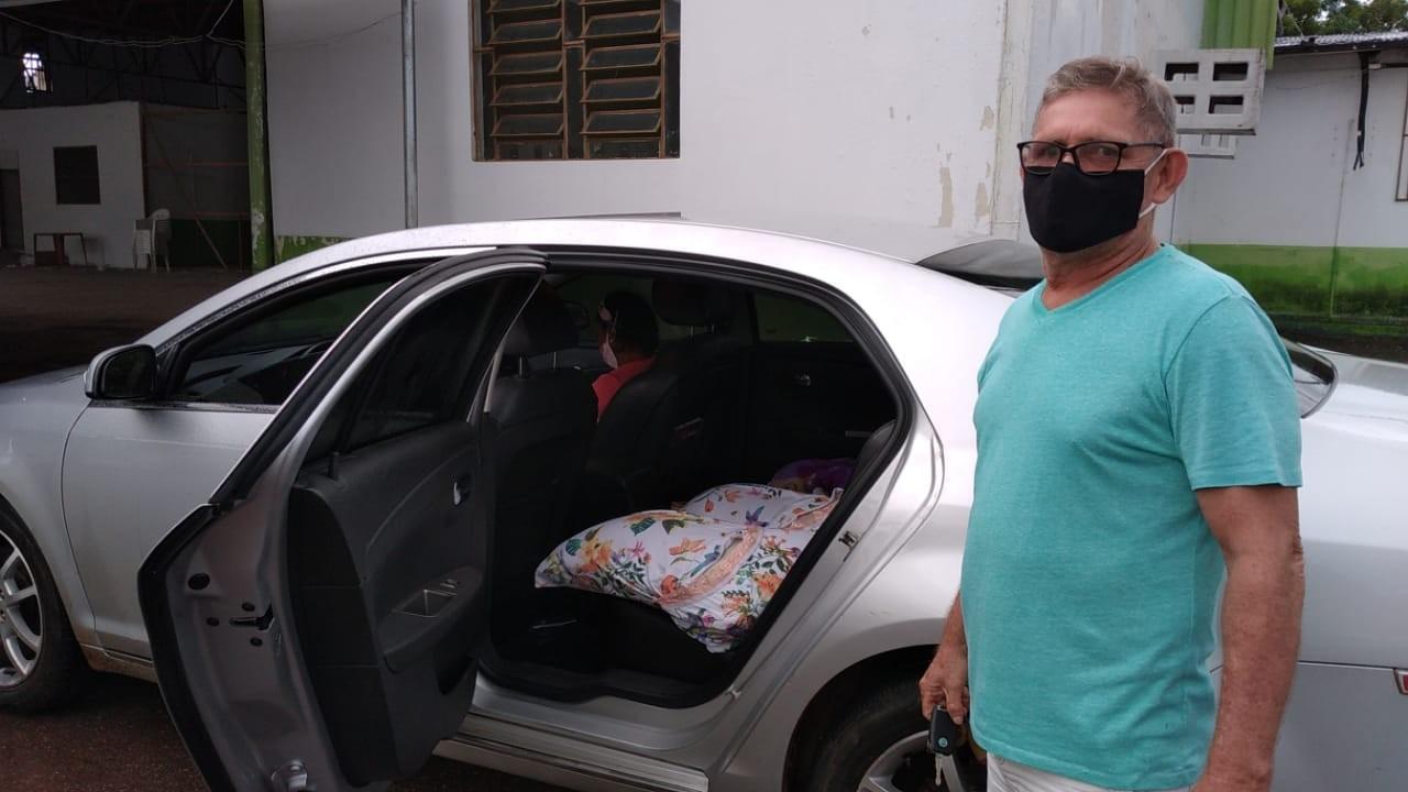Aposentado dorme em frente a ponto de drive-thru em Rio Branco para garantir vacinação contra Covid-19