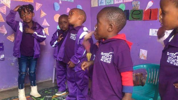 Crianças sul-africanas no projeto SmartStart: objetivo é tirar crianças de situação de pobreza e dar-lhes mais chances de prosperar no futuro (Foto: ARQUIVO PESSOAL/ via BBC)