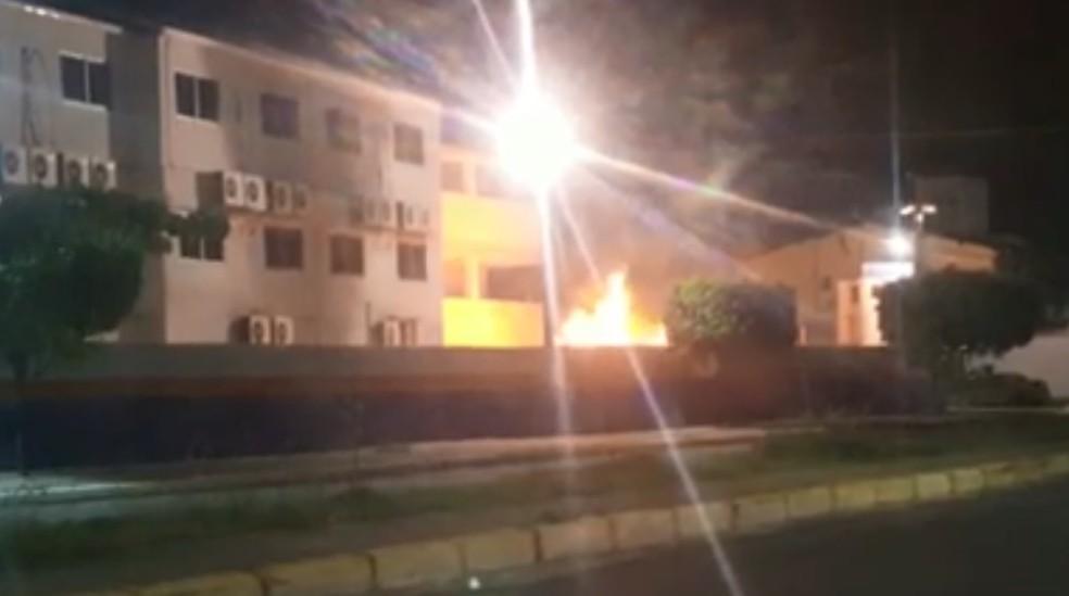 Vídeo mostra fogo em depósito de lixo perto de muro de faculdade, em Jaboatão dos Guararapes, no Grande Recife (Foto: Reprodução/WhatsApp)