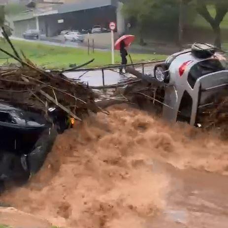 Temporal deixa ruas alagadas e arrasta carros em Botucatu; vídeo