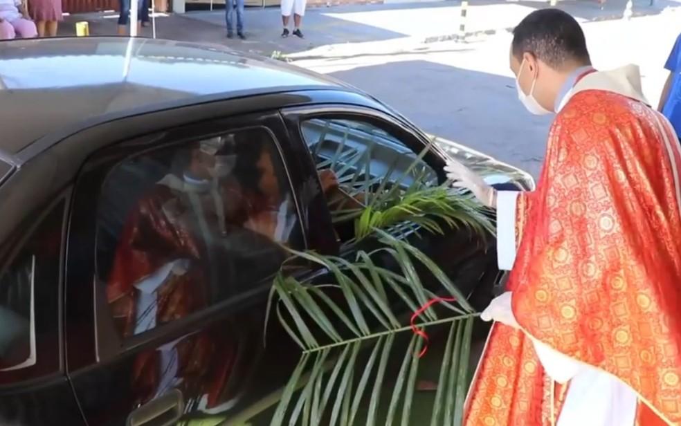 Padre Marcos Rogério entrega ramo abençoado para fiel em Goiânia, Goiás — Foto: Reprodução/Instagram