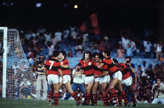 Mozer, Júnior, Zico, Nunes e Adílio caminham abraçados (Foto: Arquivo / Agência O Globo)