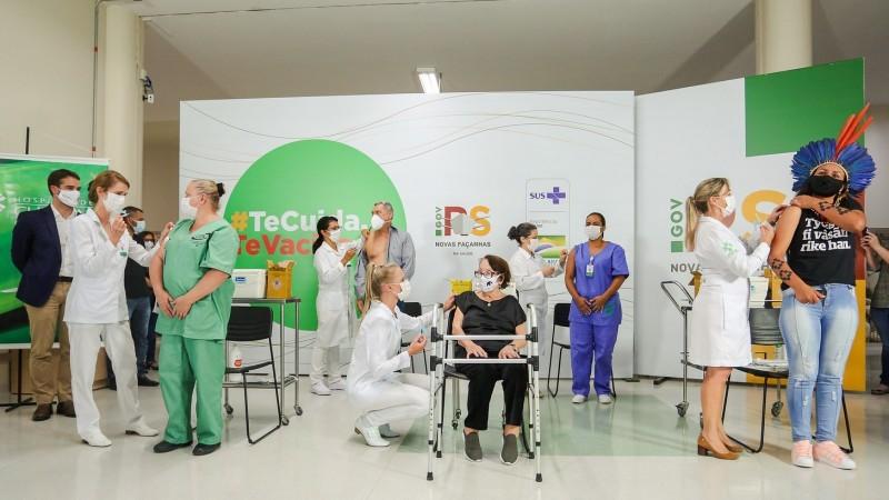 Começa vacinação contra a Covid no RS; cinco pessoas foram imunizadas ao mesmo tempo
