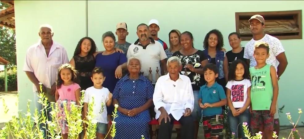 Idoso de 104 anos e mulher de 74 têm 5 filhos, 18 netos e 24 bisnetos — Foto: Reprodução/TV Sudoeste