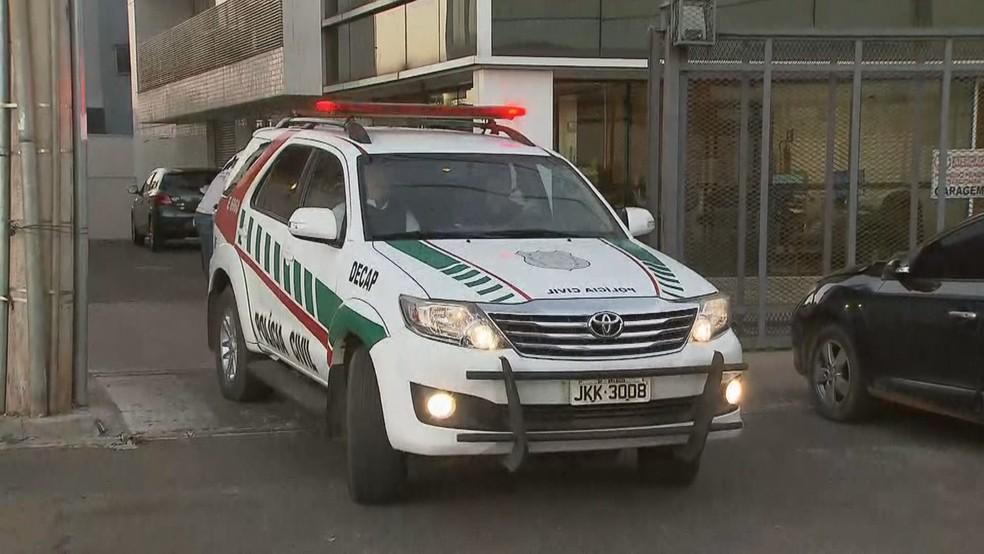 Carro da polícia deixa Coordenação de Combate ao Crime Organizado (Foto: Reprodução/TV Globo)