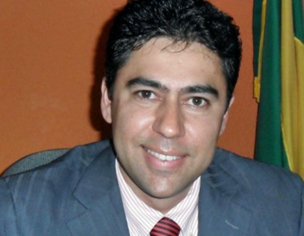 Ex-prefeito de Baraúnas, Alyson Azevedo, foi morto pelo pai, Adilson Azevedo, após ser confundido com assaltante — Foto: Reprodução/TV Cabo Branco