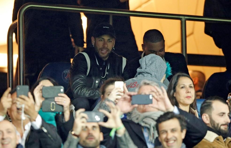 Neymar no camarote do Parque dos Príncipes durante a derrota do PSG para o Manchester United — Foto: EFE/YOAN VALAT