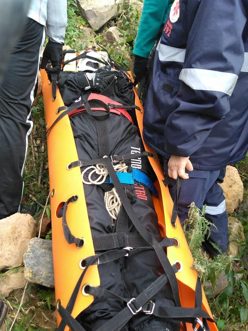 Vítima foi imobilizada e levada de helicóptero para hospital — Foto: Corpo de Bombeiros/Divulgação