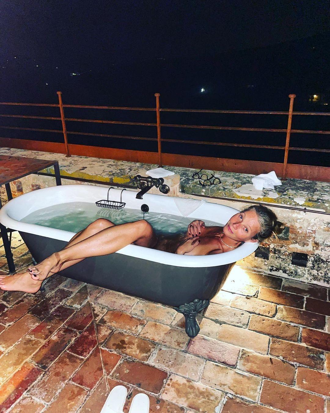 Gwyneth Paltrow posa nua em banheira (Foto: Reprodução/Instagram)
