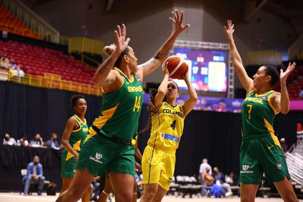 Rio, da Colômbia, arremessa sob a marcação de Erica e Patty, do Brasil, na Copa América feminina de basquete — Foto: Fiba