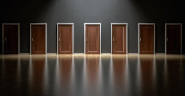 Escolha - porta - decepção - indecisão - escolhas - caminho - rota - direção  (Foto: Pexels)