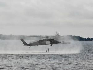 """Helicóptero Bláck Hawk realizou o procedimento conhecido como """"helocasting"""", que consiste no lançamento de mergulhadores de combate  (Foto: Camila Henriques/G1 AM)"""