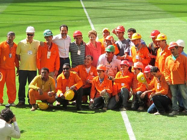 A presidente Dilma Rousseff e o governador Agnelo Queiroz posam para fotos ao lado de operários que trabalharam na construção do Estádio Nacional de Brasília, inaugurado neste sábado (18) (Foto: Lucas Nanini/G1)