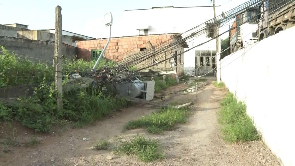 Poste caiu ao lado do posto de saúde Planeta dos Macacos II, no Recife, nesta sexta-feira (8) — Foto: Marcos Roberto/TV Globo