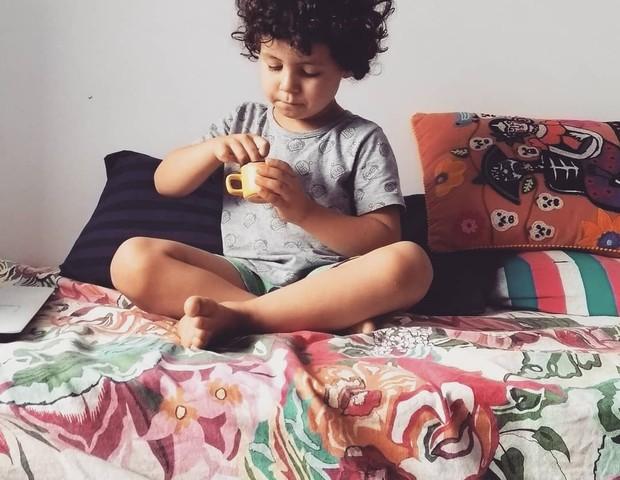 """Vicente, 5, é cuidado por uma rede de pessoas """"são mais de 60"""", conta Thaiz Leão (Foto: Reprodução Instagram)"""
