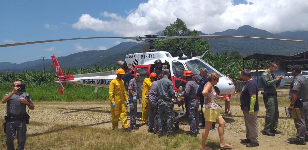 Piloto é resgatado pelo helicóptero Águia da Polícia Militar após queda de monomotor em Itariri (SP) — Foto: Arquivo Pessoal/Carlos Eduardo Andrade