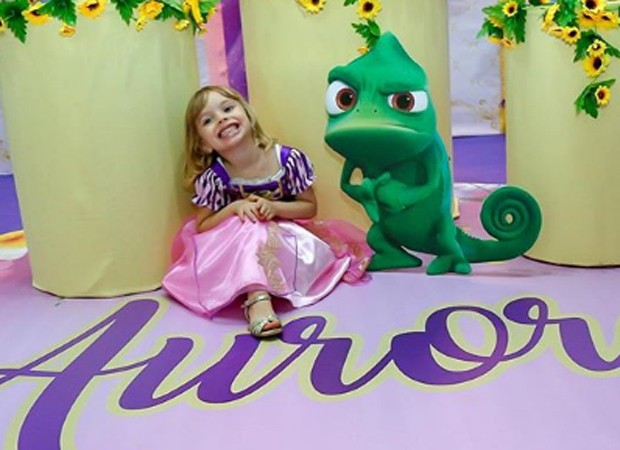 Aurora se vestiu como a pricensa do filme Enrolados, tema da festa (Foto: Reprodução/Instagram)