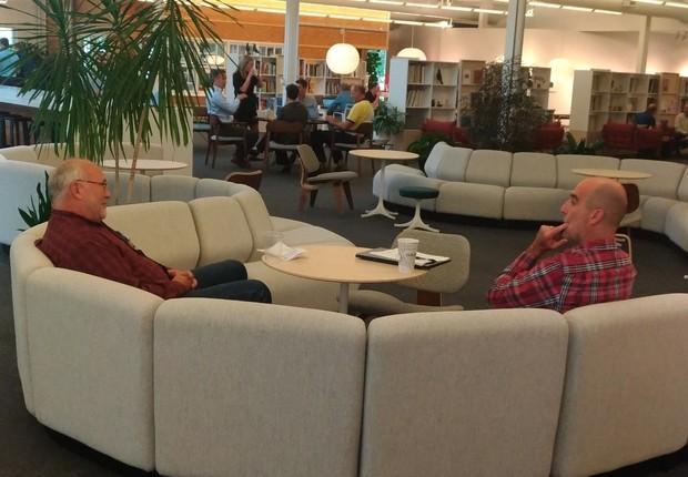 Escritório da Herman Miller em Michigan (EUA): sofá para reuniões e trabalhos e livraria compartilhada ao fundo (Foto: Época NEGÓCIOS )