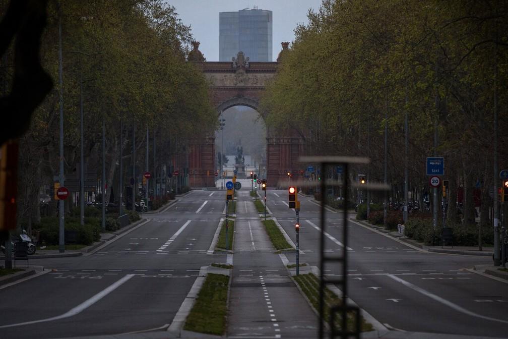 Ruas desertas também em Barcelona, na Espanha — Foto: Emilio Morenatti/AP Photo