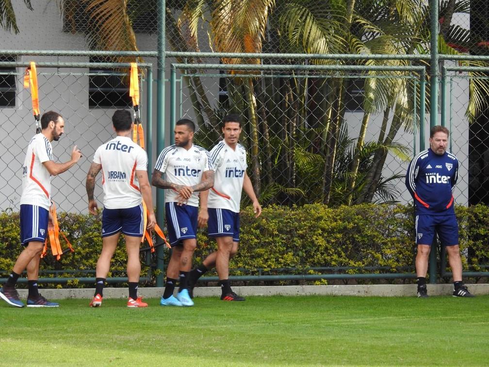 Juanfran, Daniel Alves, Pato e Hernanes no treino — Foto: Eduardo Rodrigues