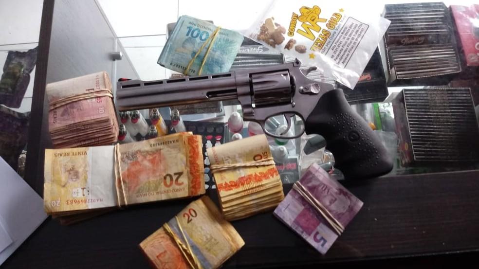 Arma, dinheiro e ouro apreendido na Operação Trypes — Foto: Polícia Federal de Mato Grosso/Assessoria