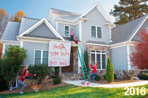 Em 2016, penduraram um cartaz para o Papai Noel (Foto: Reprodução Facebook)