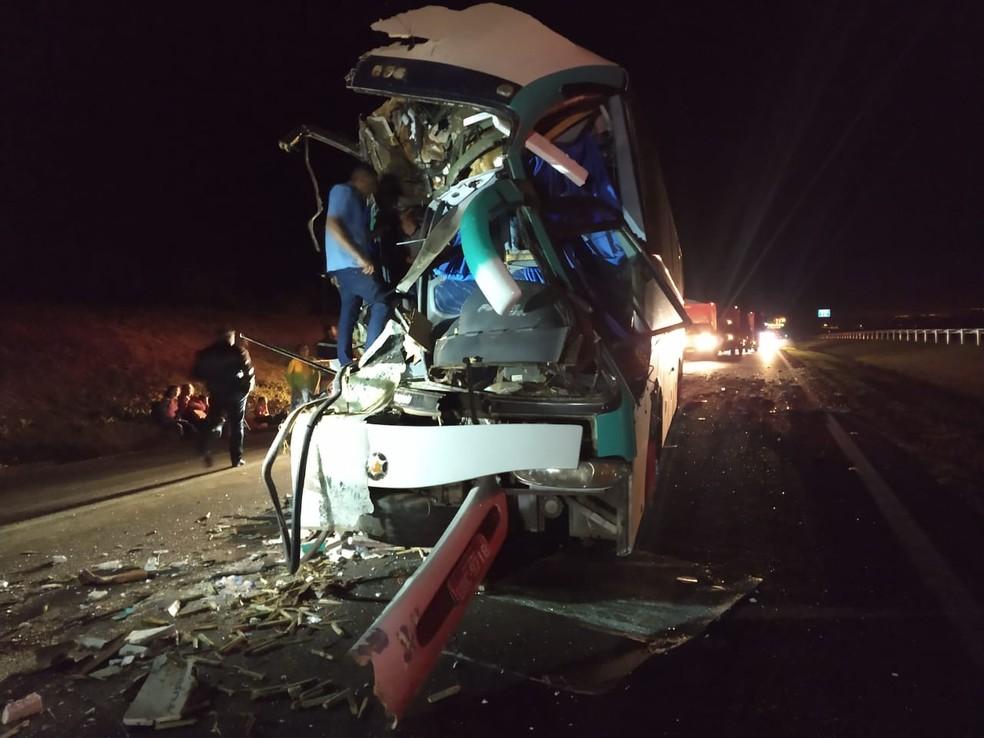 Colisão entre ônibus de turismo e caminhão de cana deixou feridos na Rodovia Anhanguera (SP-330) em Pirassununga (SP) — Foto: Polícia Militar Rodoviária/Divulgação