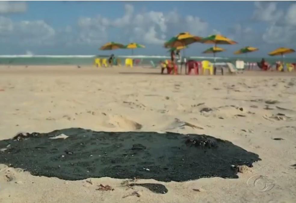 Manchas de óleo surgiram no Litoral de Alagoas — Foto: Reprodução/TV Gazeta