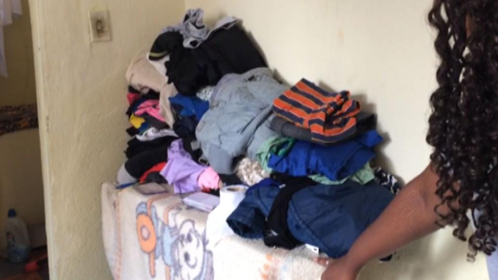 Tábua de passar é usada por Jéssica Bomfim como armário para roupas dela e dos filhos (Foto: Glauco Araújo/G1)