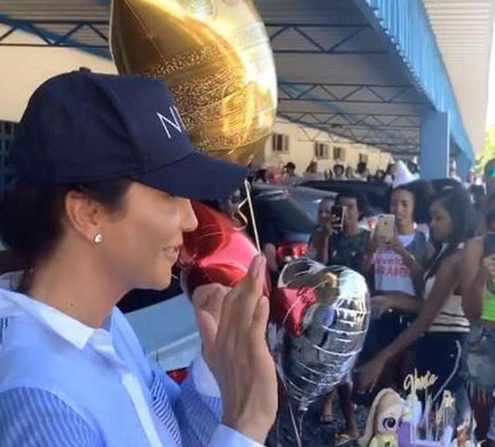 A cantora postou ainda uma outra festa surpresa que recebeu no aeroporto. Nas imagens, ela aparece cercada por vários fãs.  â?? Foto: Reprodução / Redes Sociais