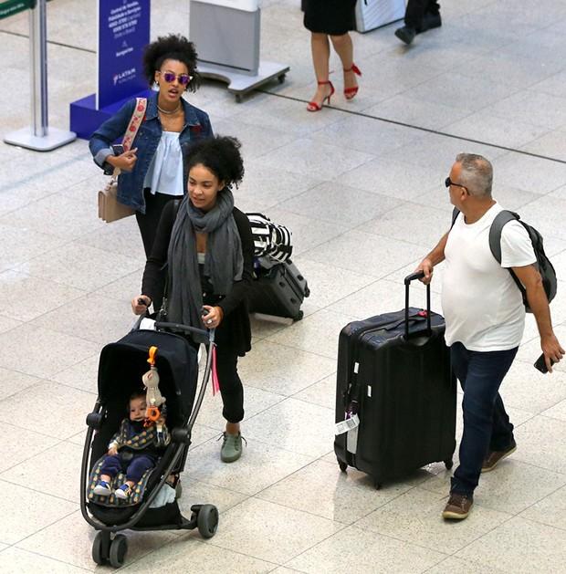 Sheron Menezes desembarca no aeroporto Santos Dumont, com o filho, Benjamin, e sua irmã, Schena Menezes (Foto: Rodrigo Zorzi/ Divulgação)
