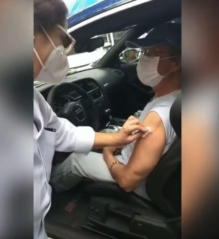 Roberto Carlos recebe a 2ª dose da vacina contra a Covid no Rio — Foto: Reprodução/Instagram