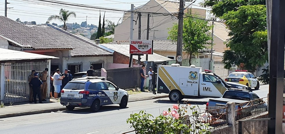 IML foi até a casa do guarda municipal, em Curitiba, onde houve a troca de tiros — Foto: Victor Hugo Bittencourt/RPC