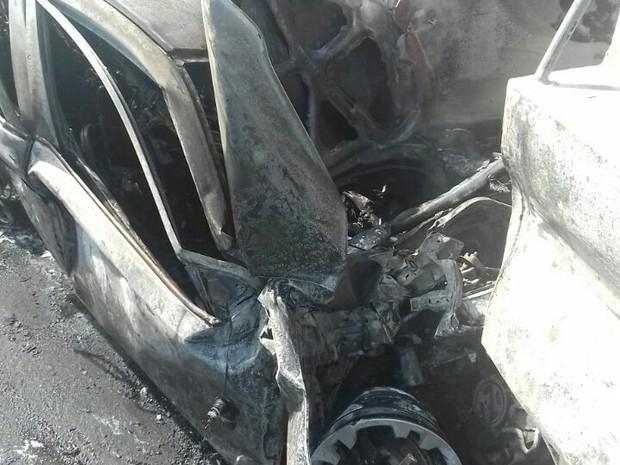 Carro foi completamente destruído e os quatro ocupantes do veículo morreram (Foto: Divulgação /PRF)