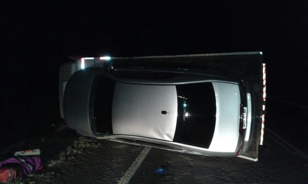 Carro transportado por guinho ficou danificado após acidente na BR-060 (Foto: Max Wilson)