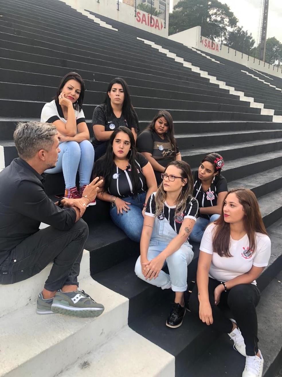 Ivan Moré, apresentador do Globo Esporte SP, conversa com torcedoras do Corinthians  — Foto: Felipe Ruiz