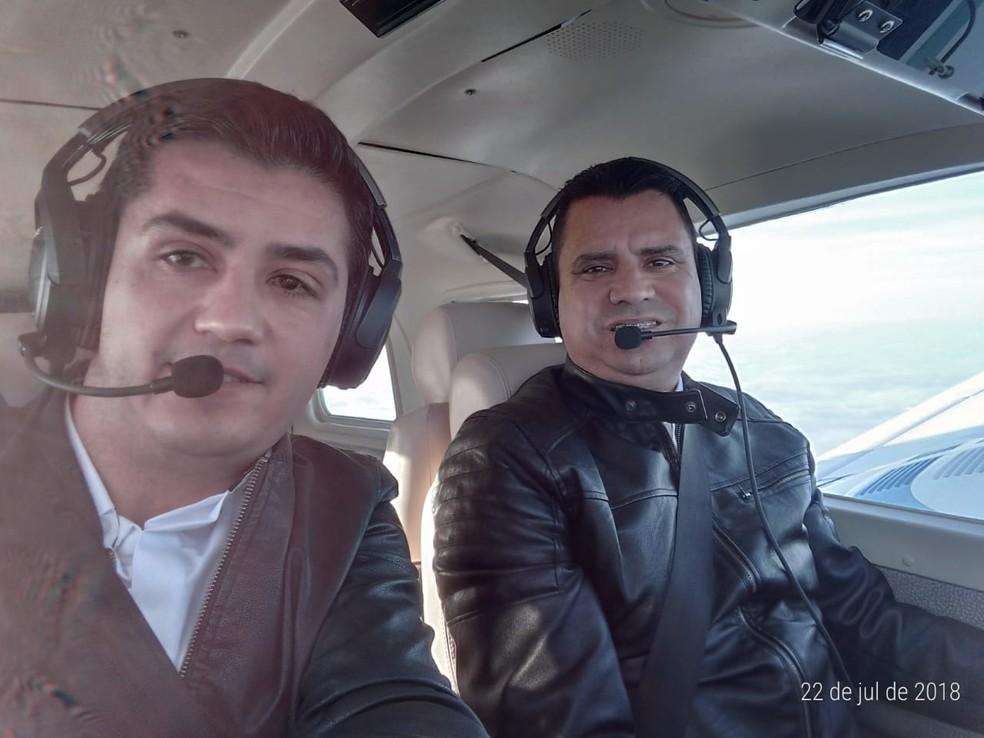 Foto mostra piloto e copiloto de avião de Bernardo Ribas Carli momentos antes de queda (Foto: Luis Fernando Correa de Souza/Arquivo pessoal)