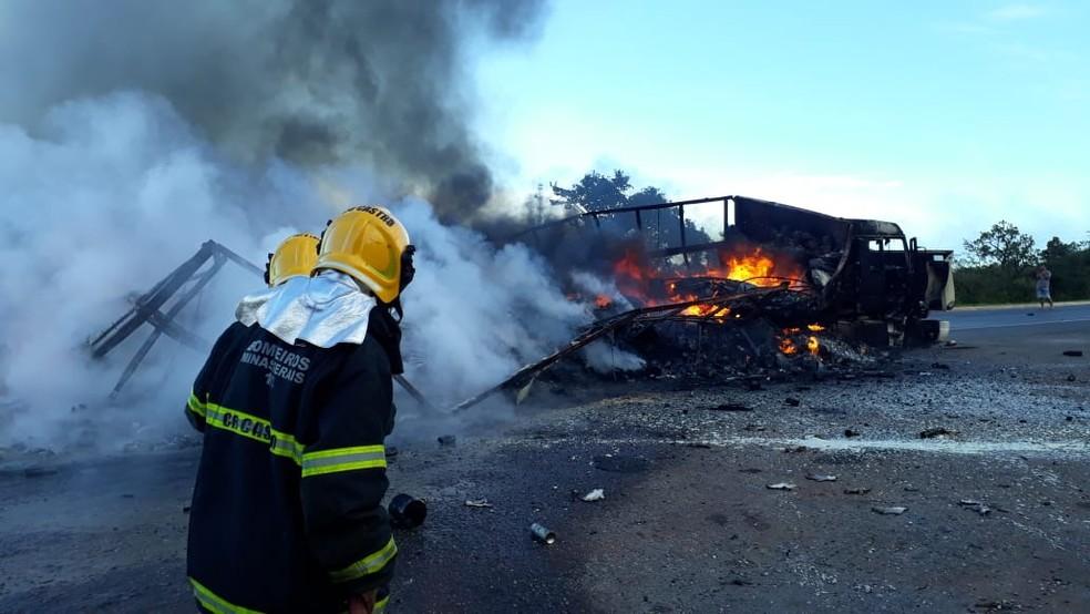 Carreta ficou destruída após pegar fogo na BR-251 — Foto: Corpo de Bombeiros/ Divulgação