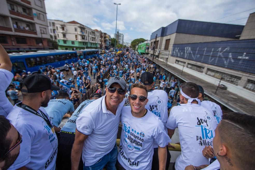 Arthur com Renato na festa do título  (Foto: Lucas Uebel/Grêmio/Divulgação)