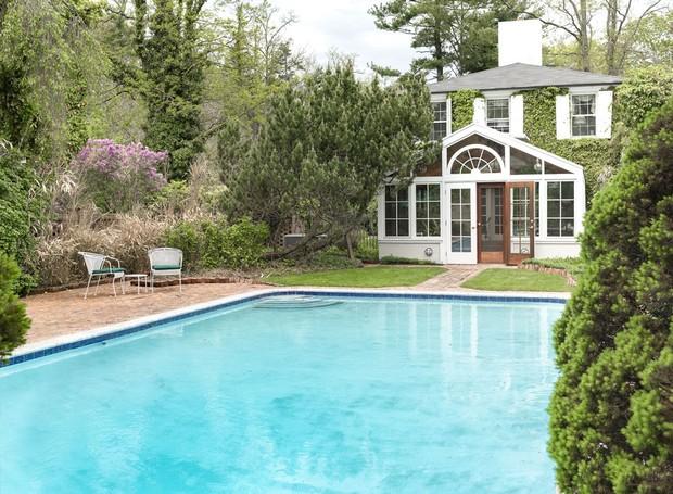 A piscina é cercada por árvores e plantas (Foto: Ellis Sotheby's International Realty/ Reprodução)