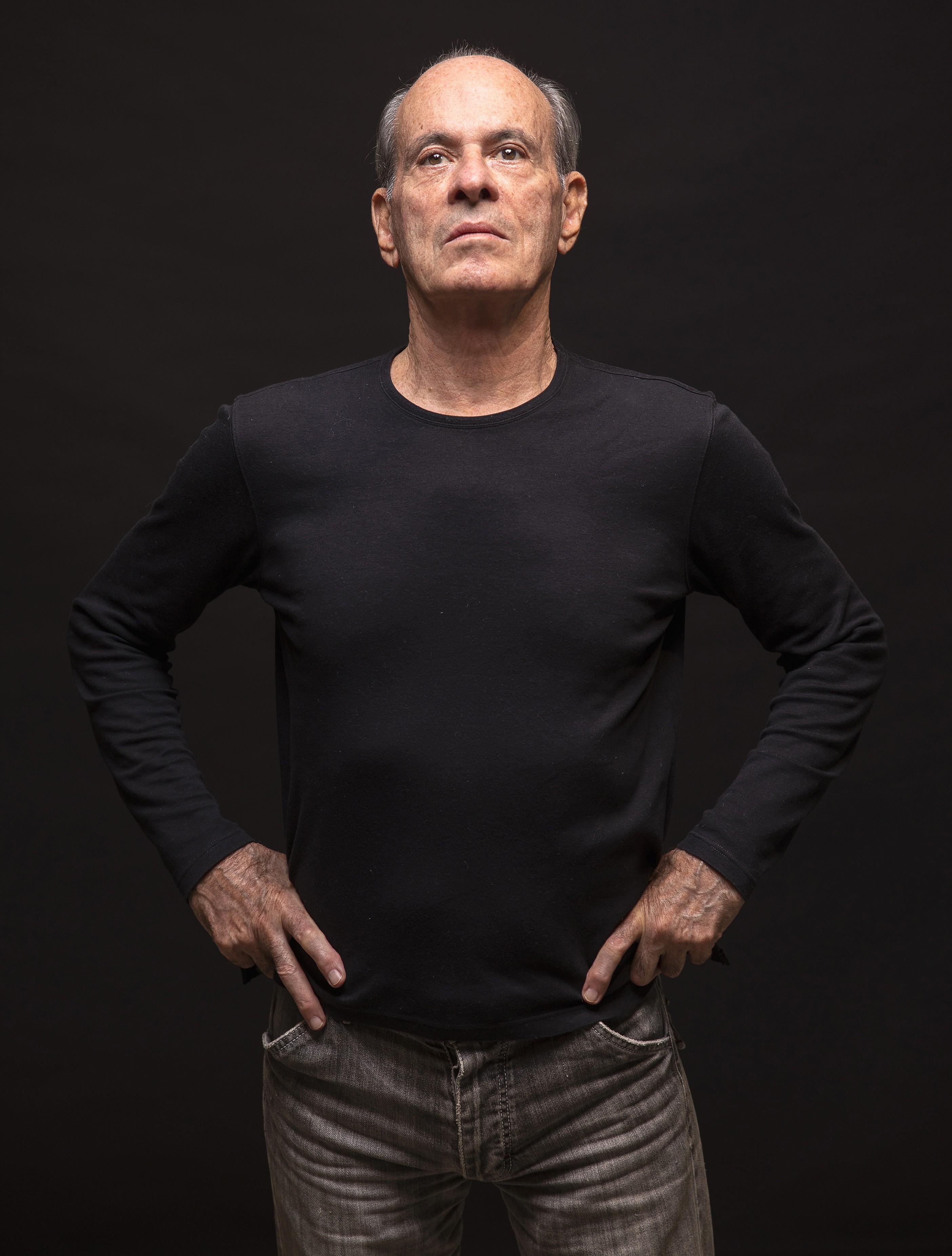 Aos 80 anos, Ney Matogrosso prova ainda ser um senhor cantor em EP que sintetiza a ideologia do artista