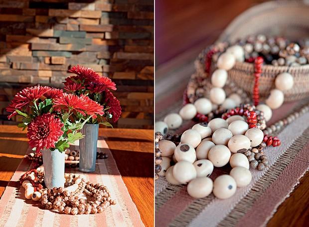 Em todos os cantos, peças de artesanato recordam as viagens do morador Rafael Borges. Sobre a mesa de jantar, colares da tribo dos Banawás, no Peru (Foto: Lufe Gomes/Casa e Jardim)