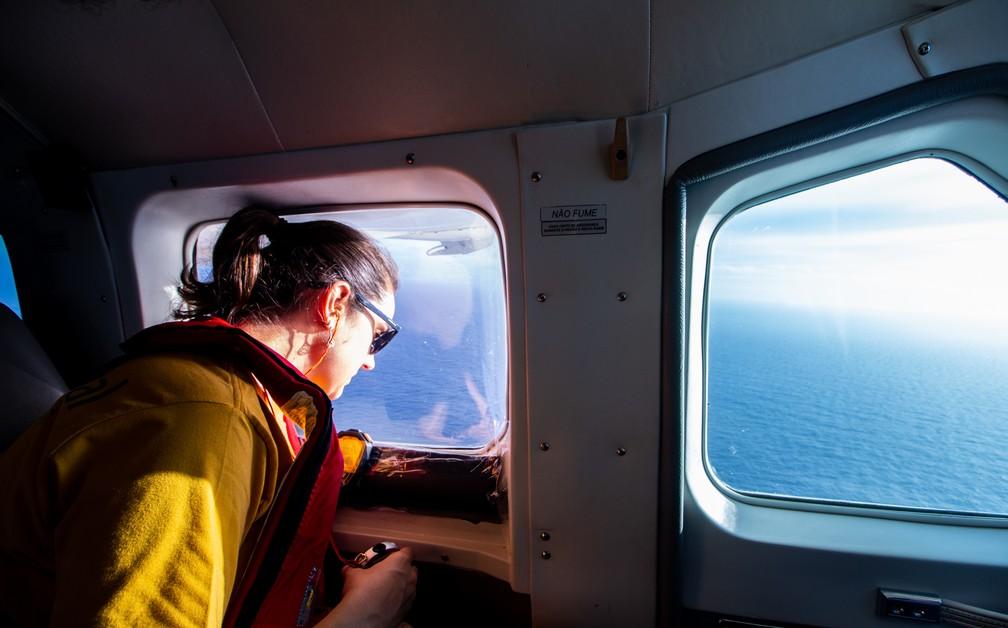 Pesquisadores em aeronave realizam o monitoramento da Bacia de Santos  — Foto: Divulgação/Sociambiental