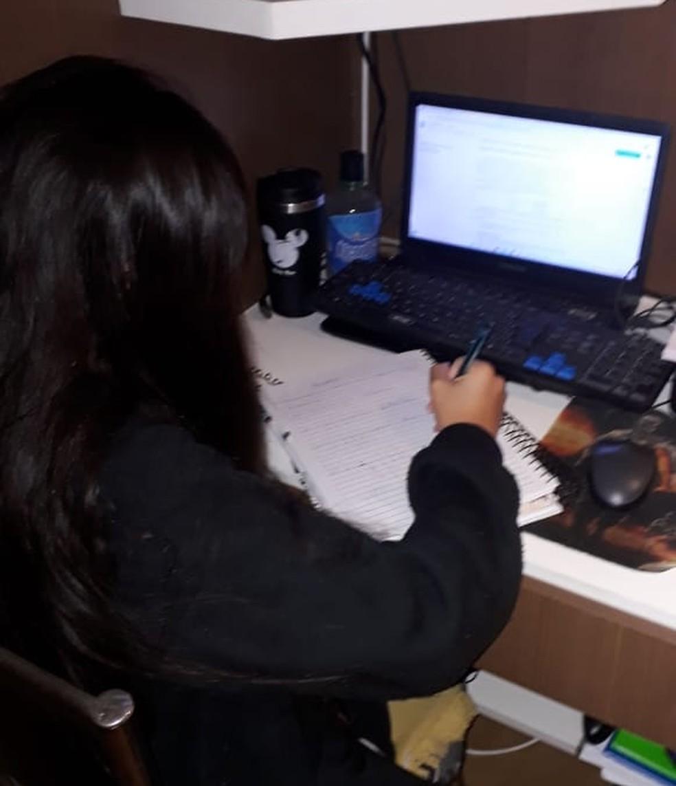 Eduarda Martins Schmidt estuda em casa e tenta se preparar para o Enem — Foto: Eduarda Martins Schmidt/Arquivo pessoal