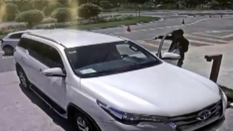 Imagens de condomínio mostram homem armado rendendo Levi Borges ainda dentro do carro antes de atirar — Foto: Reprodução/TV Cabo Branco